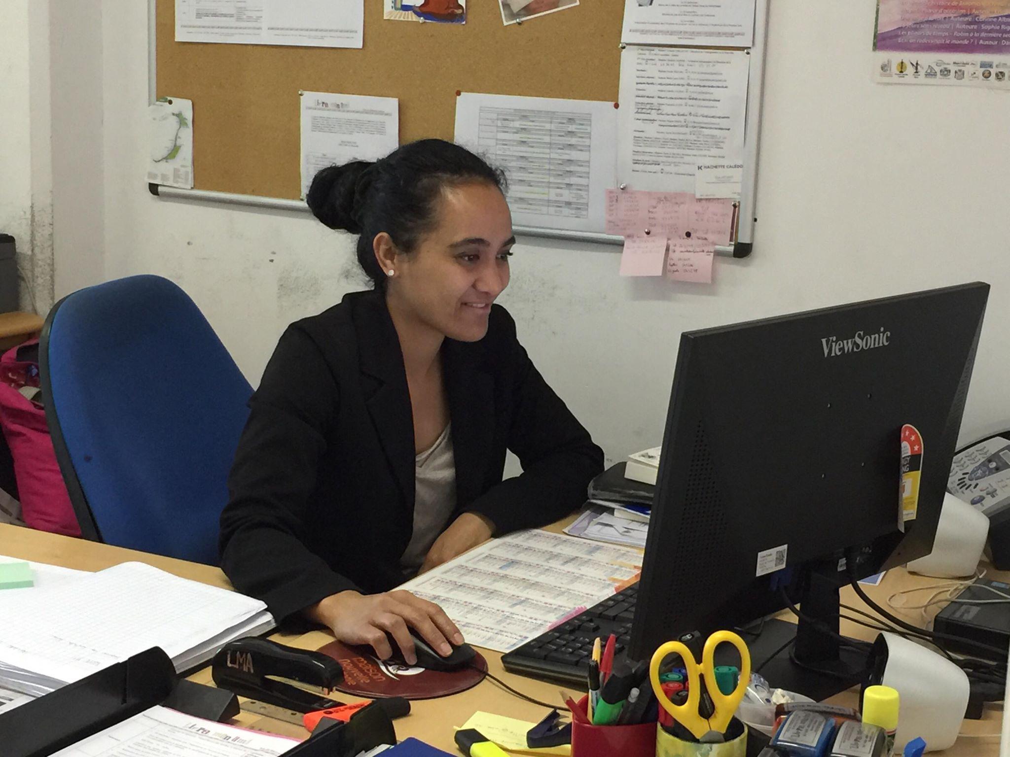 Vaïana, secrétaire de Livre, Mon Ami, rédige le communiqué de presse